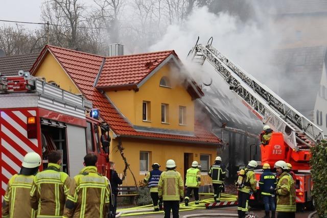 Brand einer Scheune in Biengen – Feuerwehr versucht Nachbarhaus zu retten