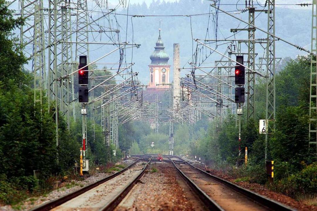 Appenweiers Kirchturm von den Eisenbac...en: Kommen  von dort die Infektionen?     Foto: Peter Heck