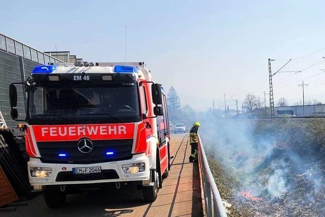 Feuerwehr löscht Feuer an Bahngleisen