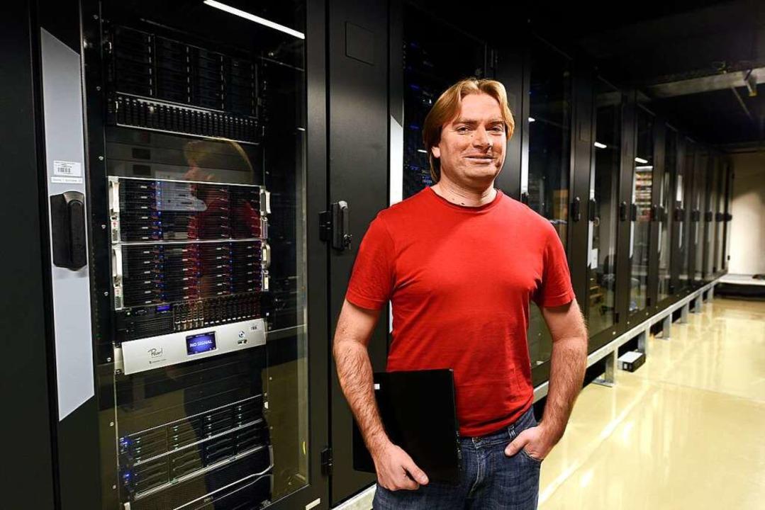 Bioinformatiker Björn Grüning im Rechenzentrum der Universität Freiburg   | Foto: Thomas Kunz