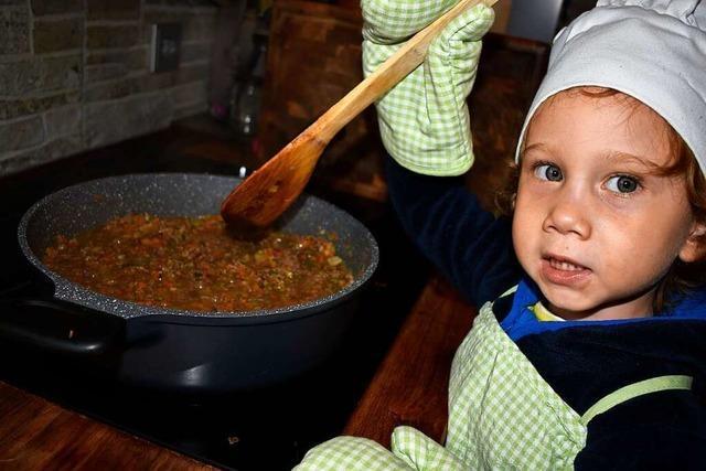 Wenn die Kleinen der Mama als Küchenhelfer beispringen