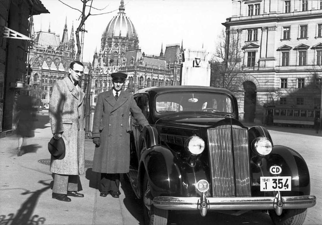 Eher schüchtern, kein Heldentyp: Carl ... Im Hintergrund das Parlamentsgebäude.  | Foto: Archiv für Zeitgeschichte Zürich