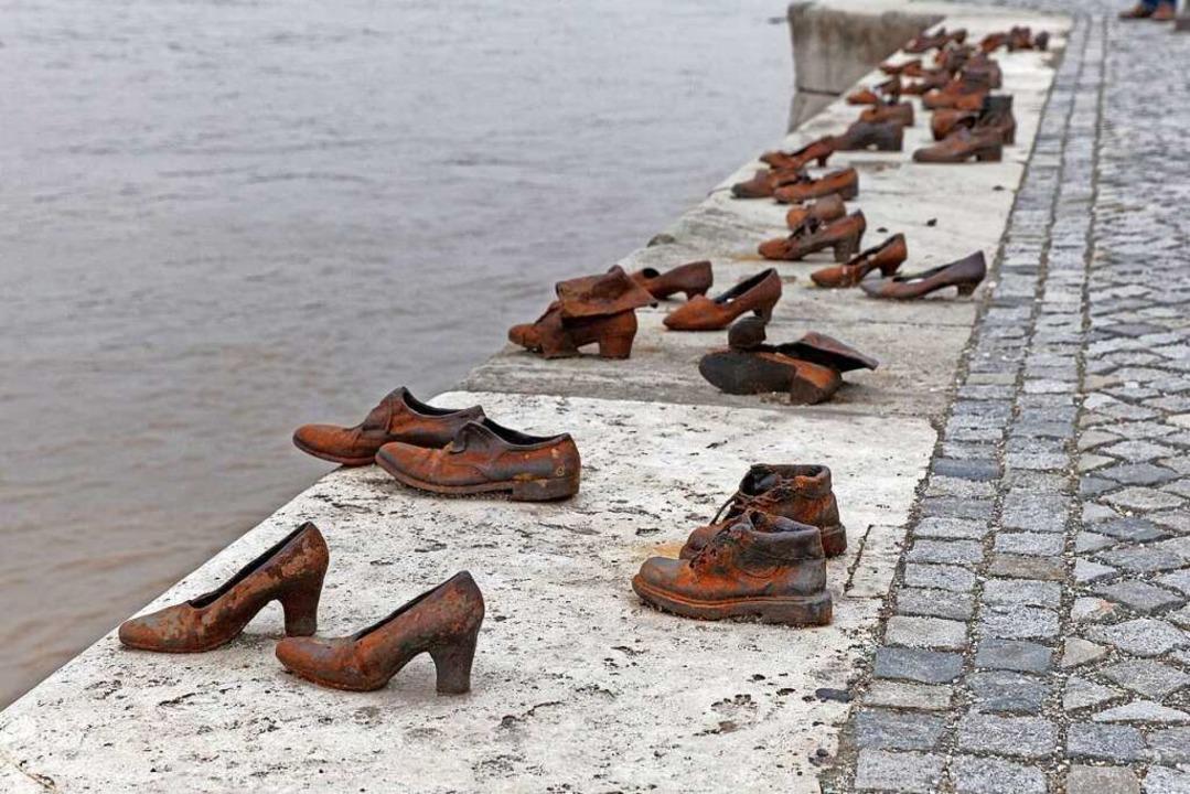 Schuhe am Donauufer erinnern seit 2005...n Gyula Pauer und Can Togay entworfen.  | Foto: Martin Schulte-Kellinghaus