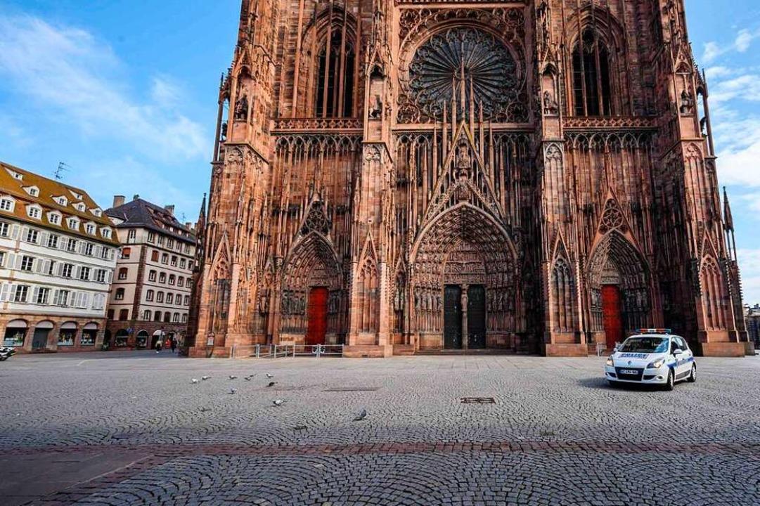 Der Platz vor dem Straßburger Münster ist menschenleer.  | Foto: PATRICK HERTZOG (AFP)