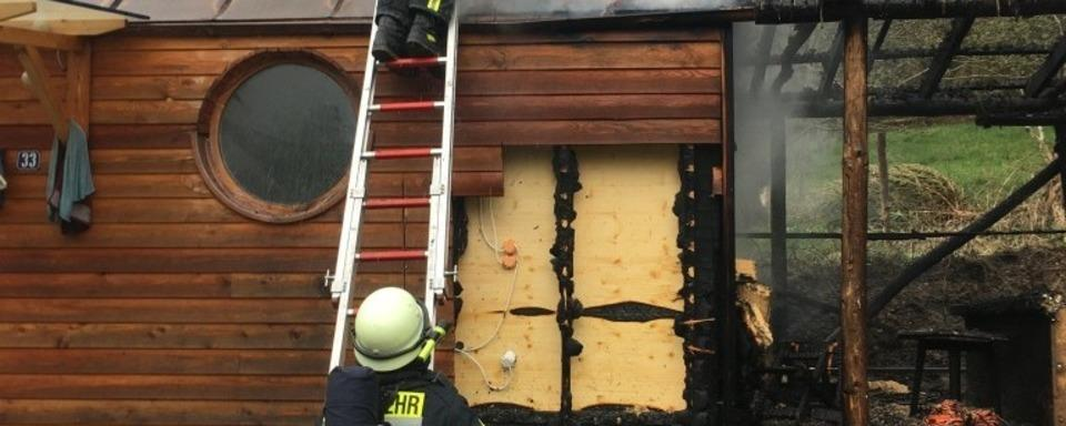 In Kropbach ist ein Bauwagen in Brand geraten – Feuerwehr kann schnell löschen