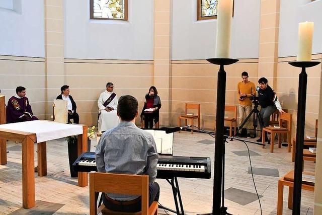 Gottesdienste, Gebete und Pessachfest vor laufender Kamera