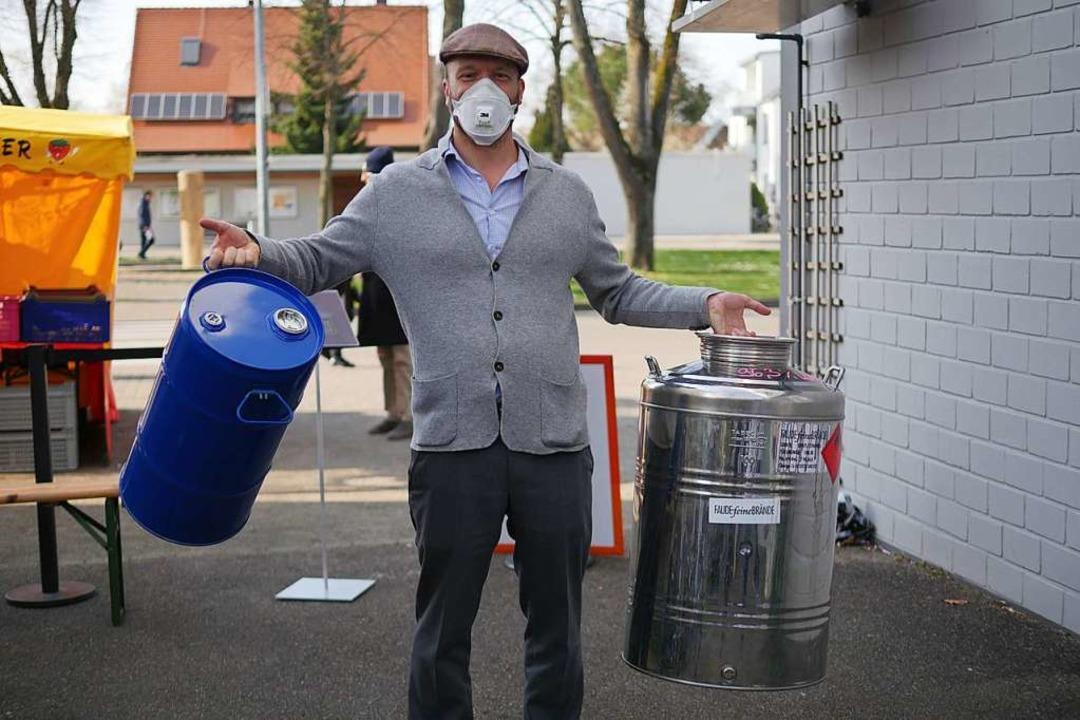 Ein Helfer holt Fässer ab, um neuen Ethanol zu liefern.  | Foto: Jannik Jürgens