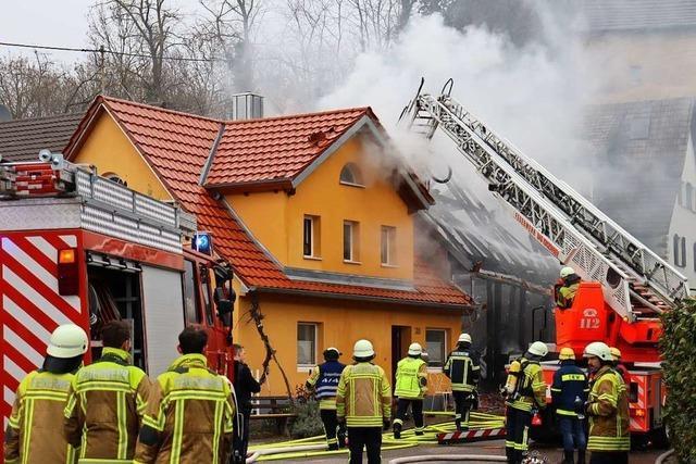 Scheune und Bauwagen in Flammen – heißer Sonntag für Feuerwehr im Südlichen Breisgau
