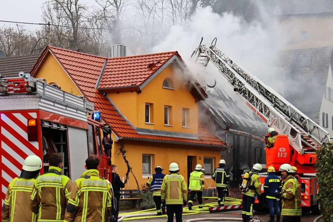 Der Brand in Biengen löste einen Große...von Feuerwehr und Rettungskräften aus.  | Foto: Susanne Müller