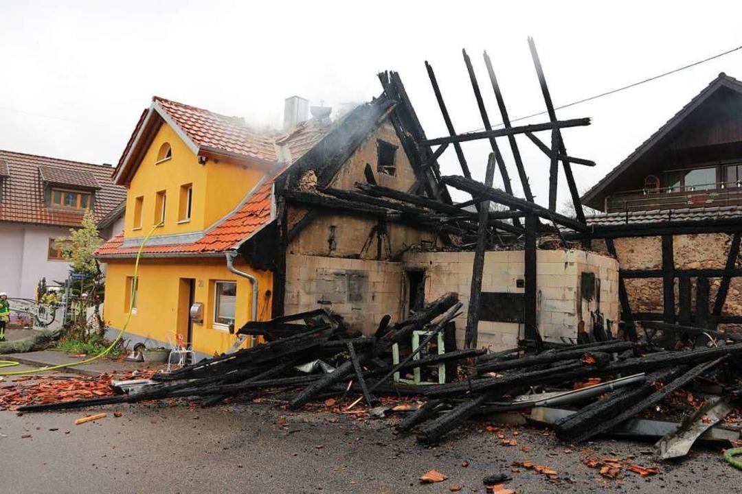Die Scheune in Biengen, wo der Brand a...e Wohnhaus in Mitleidenschaft gezogen.  | Foto: Alexander Huber