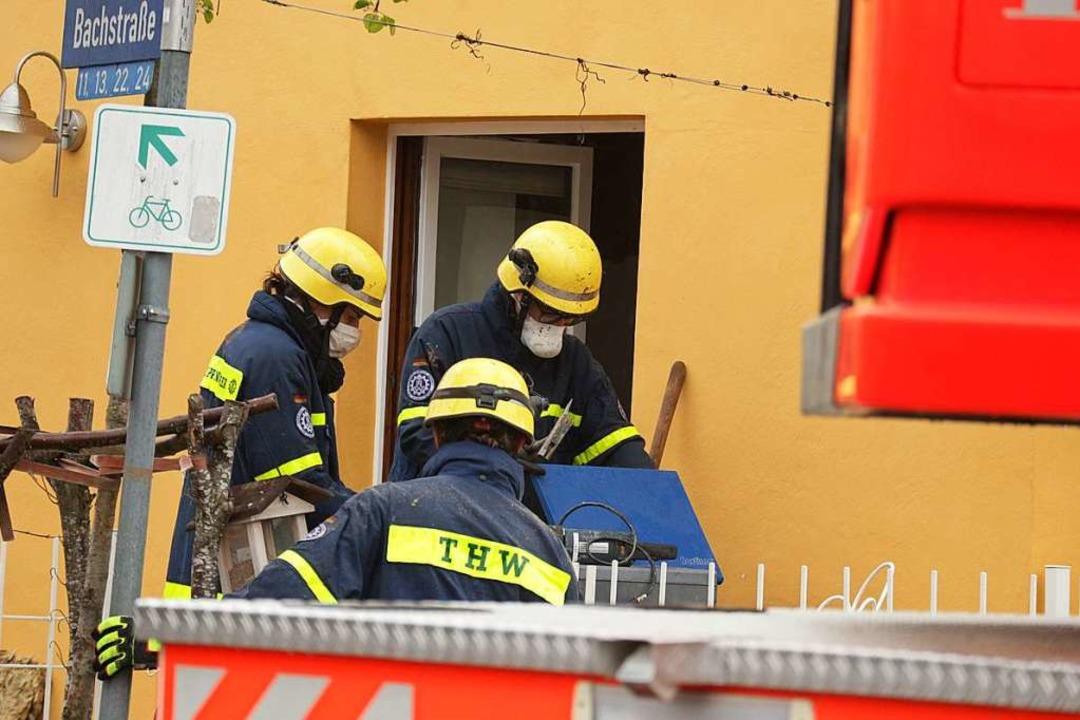 Einsatzkräfte des THW machten sich daran, dass Gebäude zu stabilisieren.  | Foto: Alexander Huber
