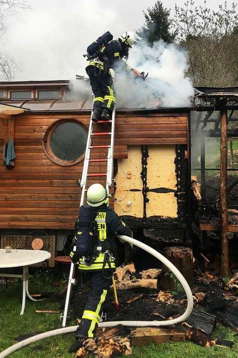 Der Brand eines Bauwagens in Kropbach ...rwehr unter Kontrolle gebracht werden.  | Foto: Feuerwehr Staufen