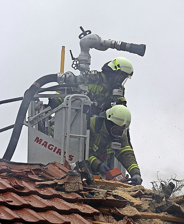 Feuerwehrleute deckten das Dach ab, um...r ausgebrochen war, brannte völlig ab.  | Foto: Alexander Huber