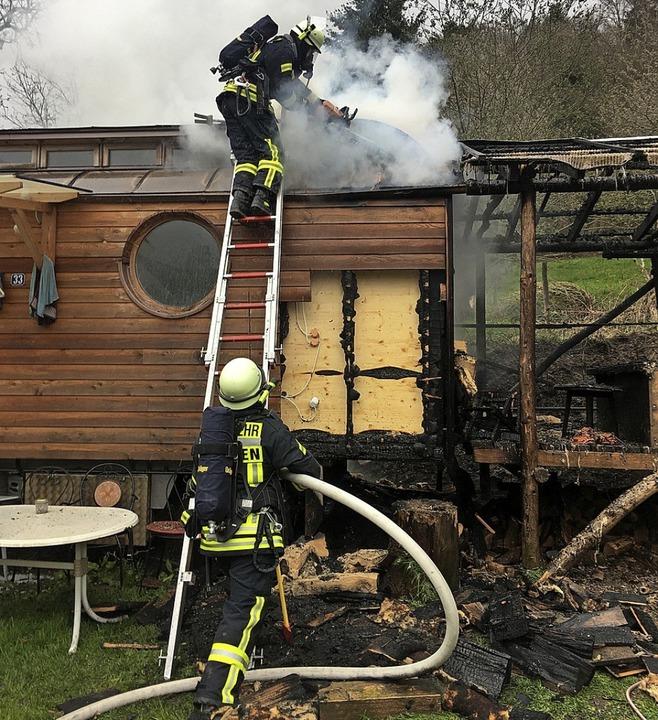 Während der Brand eines Bauwagens im S...grund der dichten Bebauung schwierig.   | Foto: Feuerwehr Staufen
