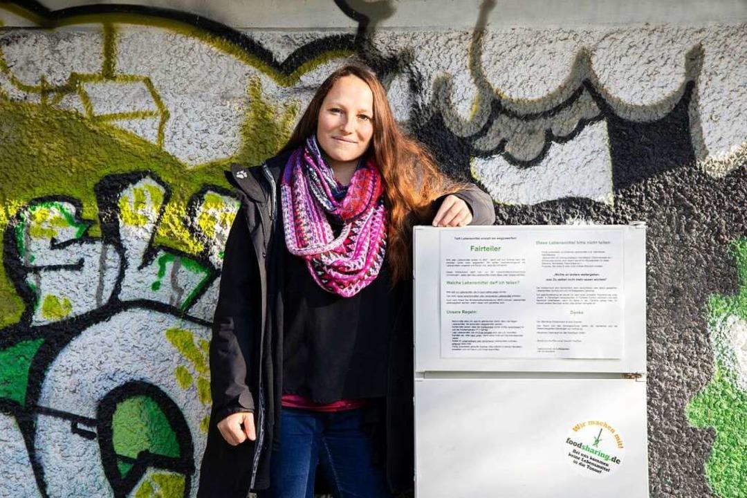 Lebensmittelretterin Sarah Deißler und der Kühlschrank für alle in Denzlingen.     Foto: Joss Andres