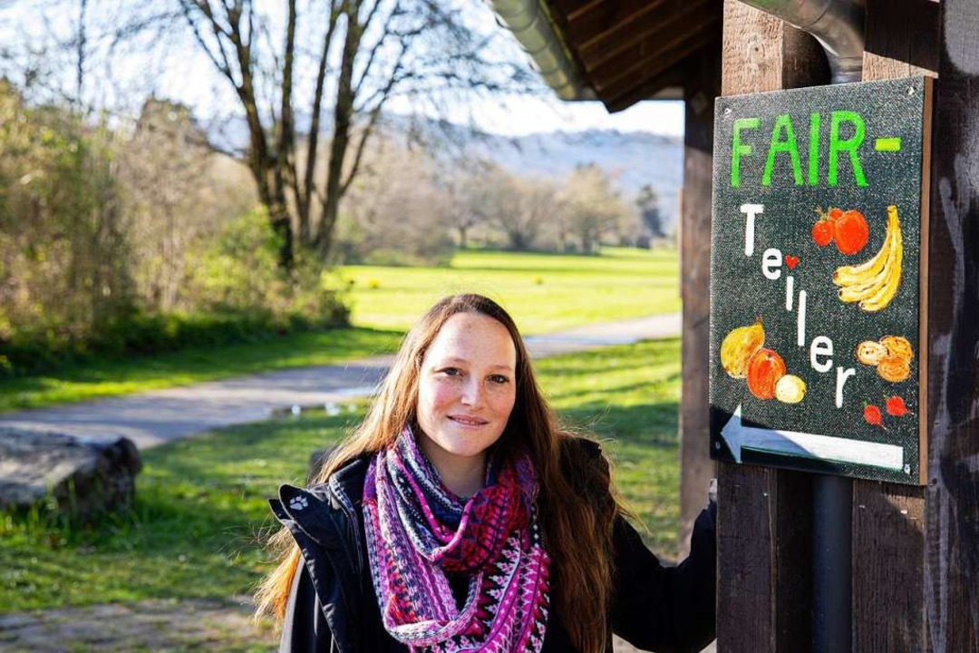 Lebensmittelretterin Sarah Deißler: ein Schild weist den Weg zum Fairteiler.     Foto: Joss Andres