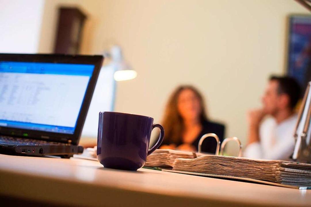 Die Tasse Kaffee hilft, im Homeoffice wach zu bleiben.  | Foto: Klaus-Dietmar Gabbert (dpa)