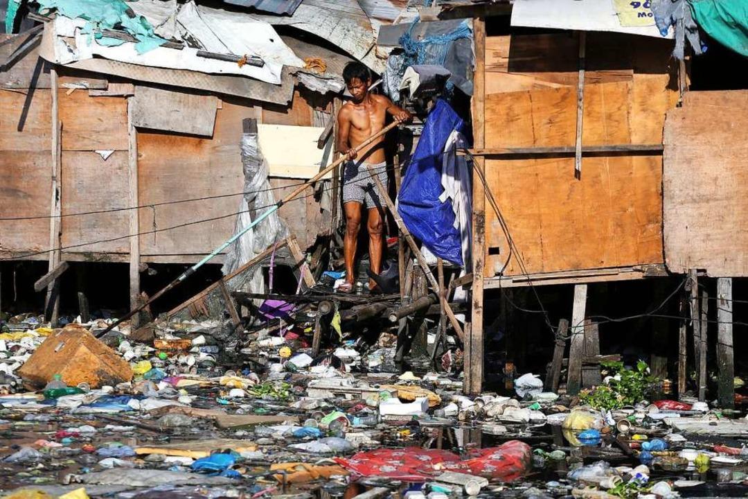 In ärmeren Ländern gibt es viele Slums...enen  die Ansteckungsgefahr höher ist.  | Foto: Alejandro Ernesto (dpa)