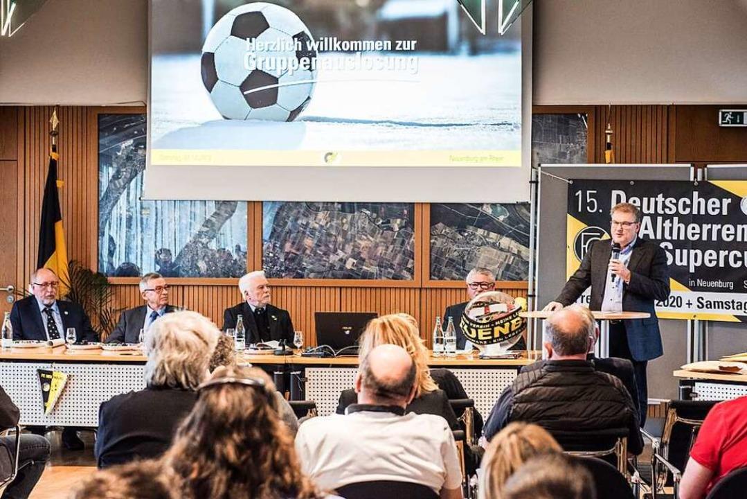 Im Dezember bei der Auslosung des Alte...uenburger Fußballwelt noch in Ordnung.  | Foto: Alexander Anlicker