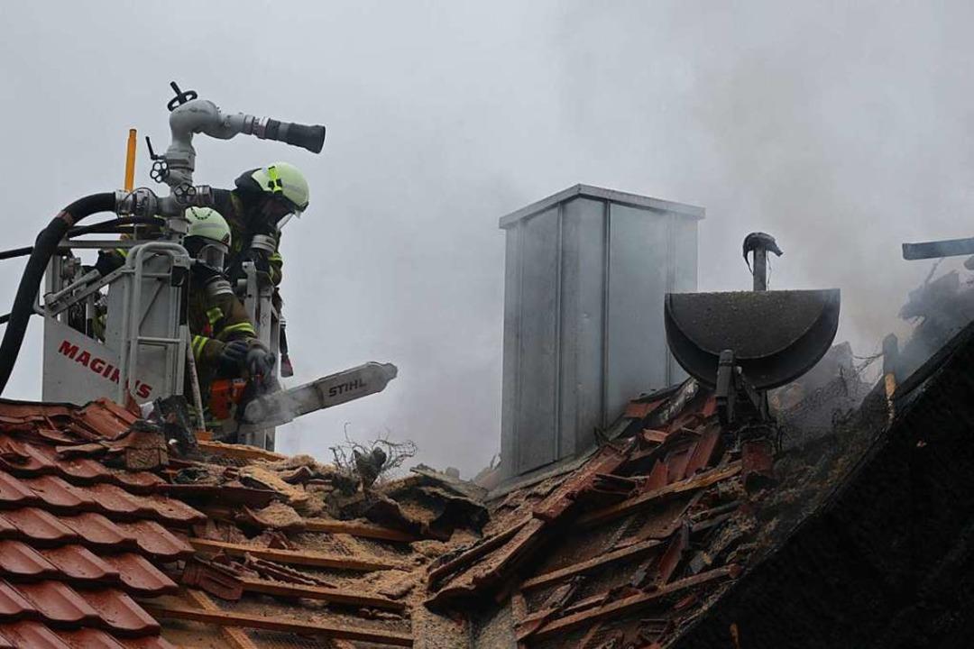 In Biengen musste das Dach des Nachbar...s Übergreifen der Flammen einzudämmen.  | Foto: Alexander Huber