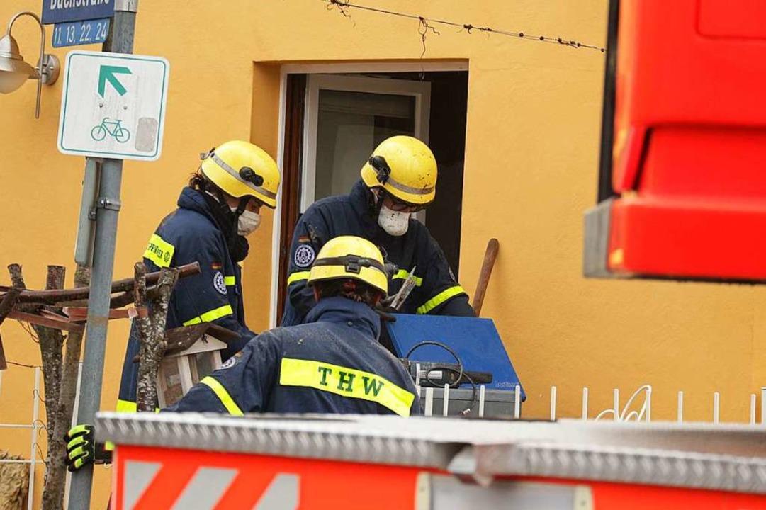 Das THW war zur Absicherung des Nachbargebäudes im Einsatz.  | Foto: Alexander Huber