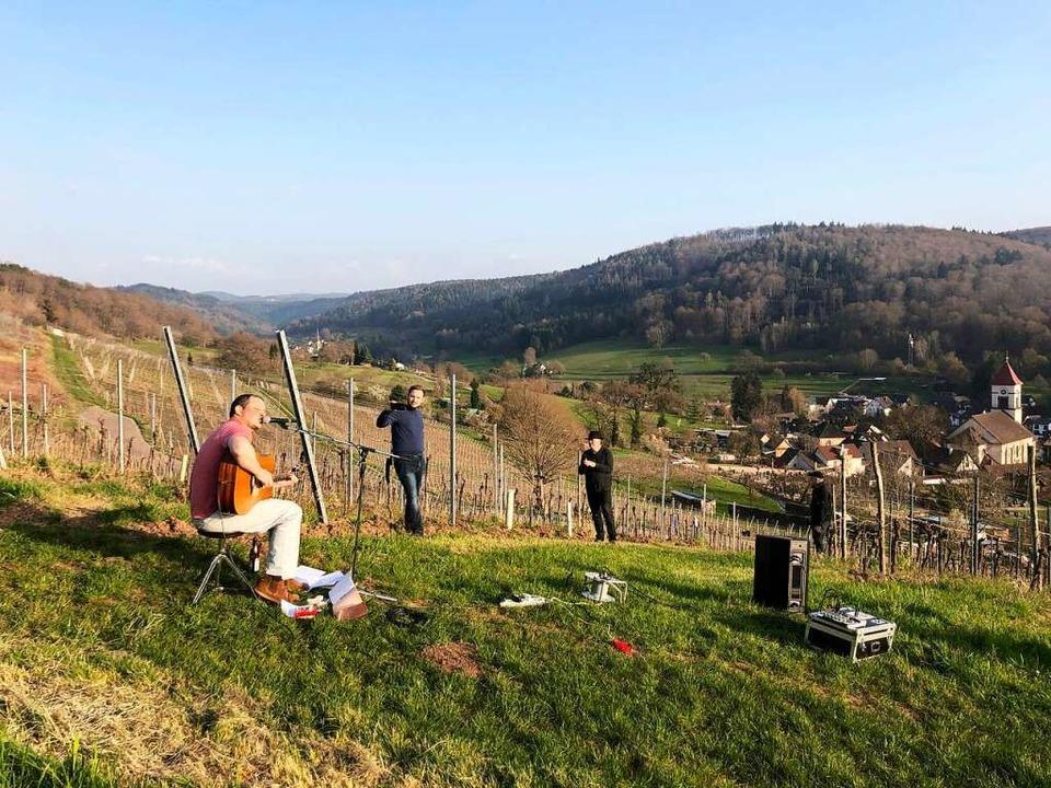 Matt Woosey spielte und sang am Samstag in den Weinbergen  von Münchweier.  | Foto: Erika Sieberts