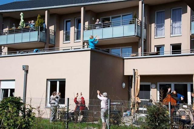 In Seniorenheimen in Buggingen und Müllheim wird auf Balkonen gesportelt