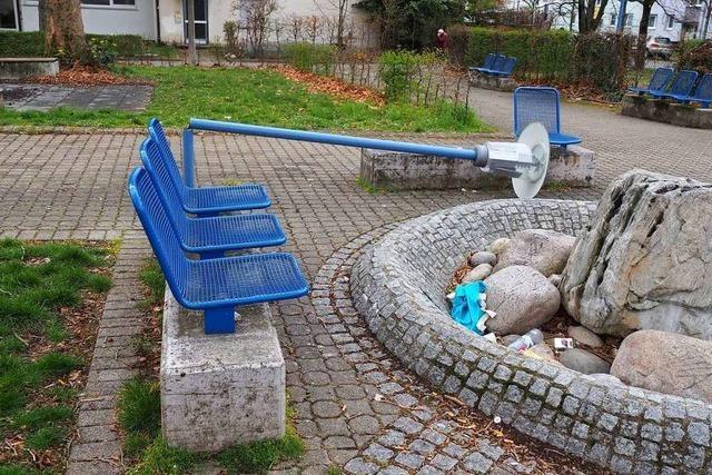 Unbekannte vermüllen Brunnen und knicken eine Laterne bei der blauen Kirche um