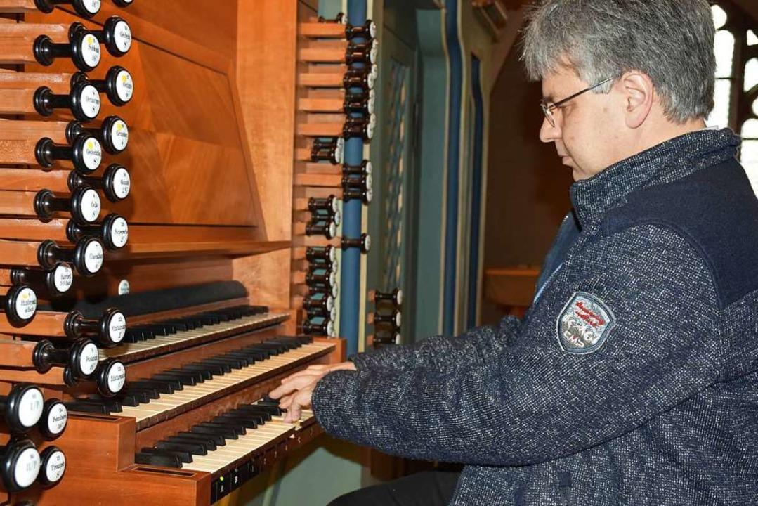 Clemens Staiger spielt die Orgel.    Foto: Thomas Biniossek