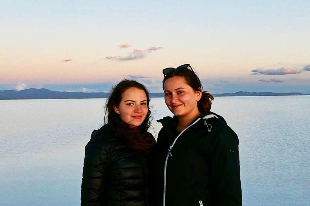 Eileen Halford (links) und Annalena Vo...n der Salzwüste bei Uyuni in Bolivien.  | Foto: Privat