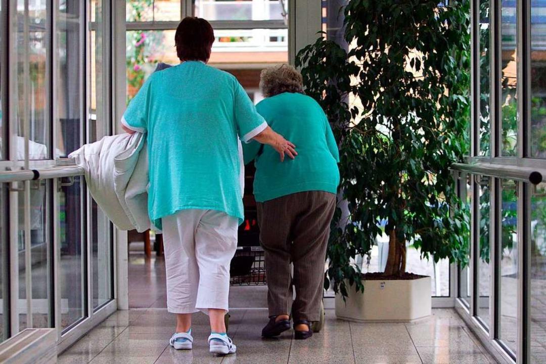 Alte Menschen und Pflegekräfte sind besonders gefährdet.     Foto: Peter Steffen