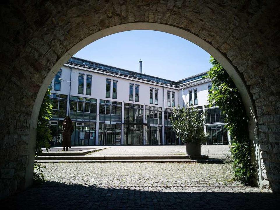 Der Kampf um den Chefsessel im Emmendinger Rathaus könnte noch Monate dauern.    Foto: Patrik Müller