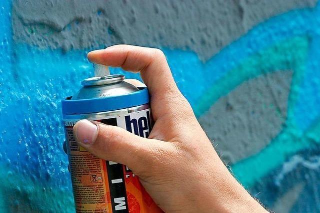 Randalierer sprühen in Heitersheim Autos mit Farbe an