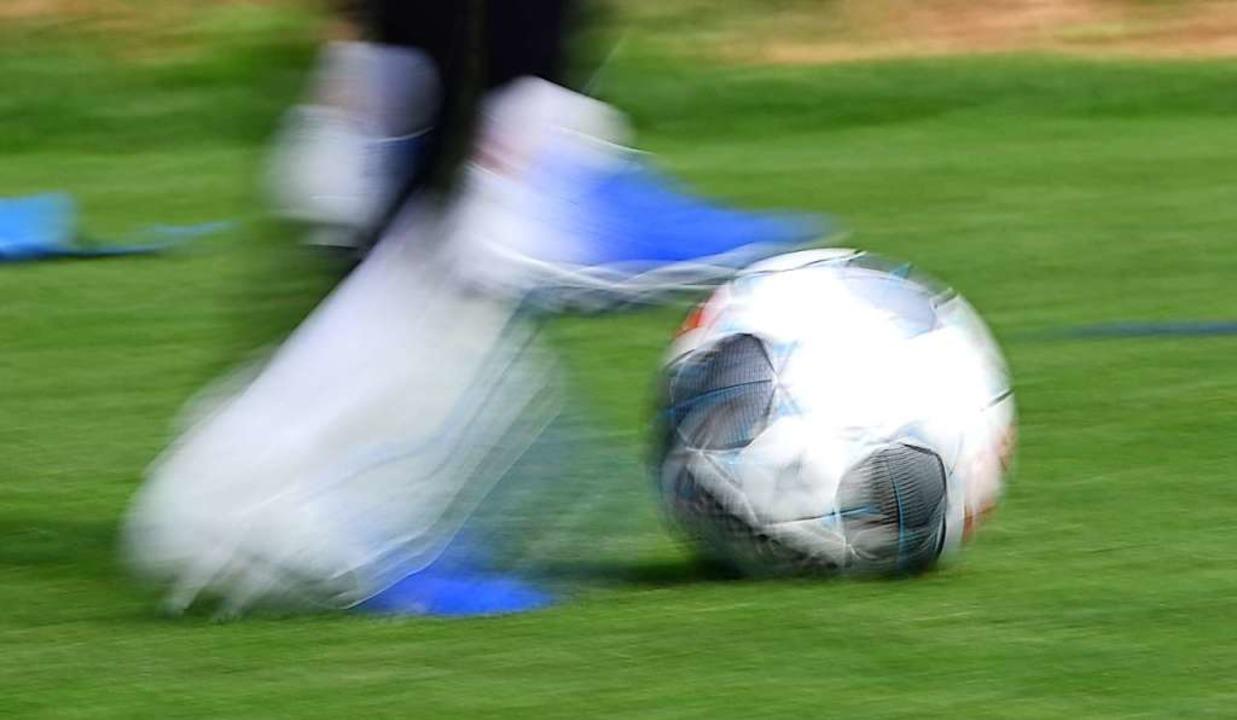 Ein Ball, der wieder ganz normal übers...rade sehr viele Deutsche (Symbolbild).  | Foto: Patrick Seeger (dpa)