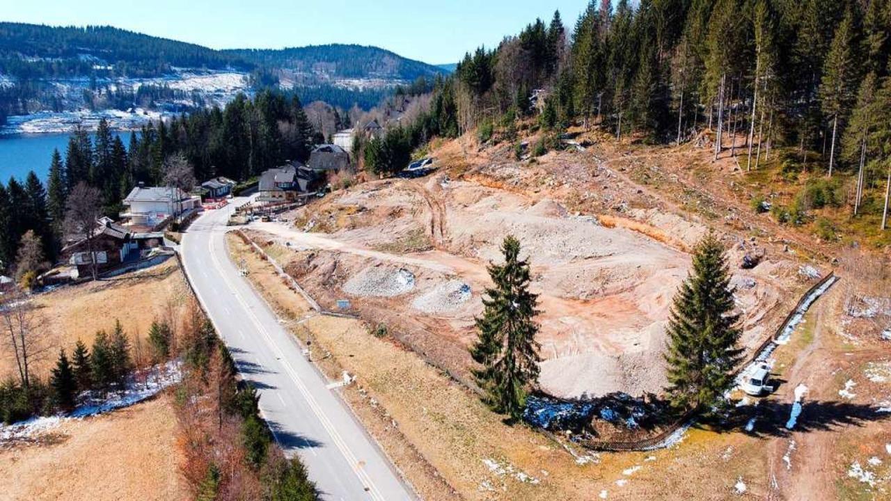 Der brachliegende Bauplatz für das Bus...igen Hotels Tannfried zurückgestellt.   | Foto: kamera24