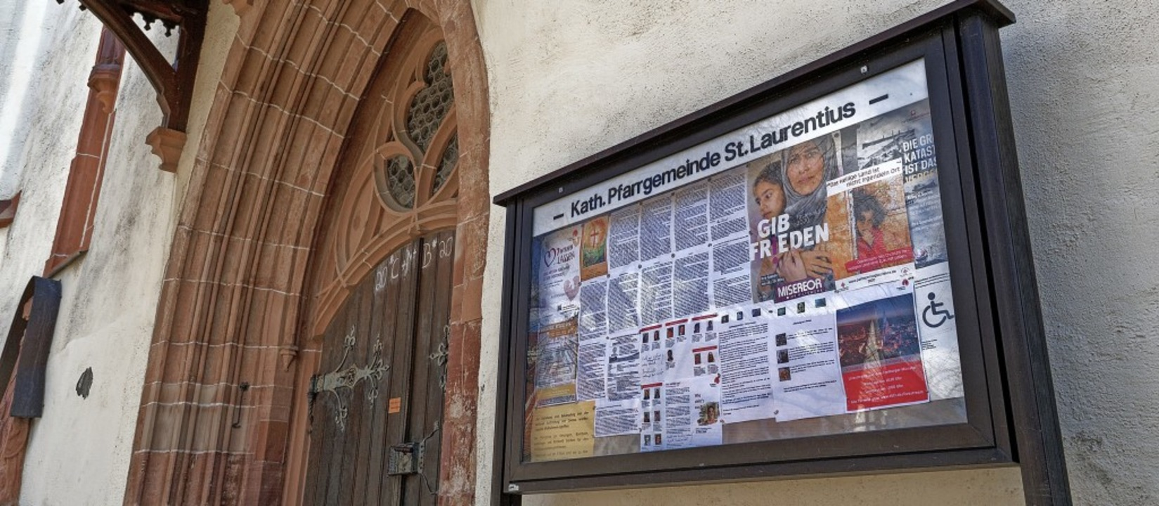 Der Aushang am Portal der Stadtkirche ...nende laufende Pfarrgemeinderatswahl.   | Foto: Martin Wendel