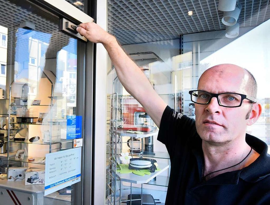 Michael Zimmermann schließt den Laden ...t im Denzlinger Ortskern für immer ab.  | Foto: Markus Zimmermann