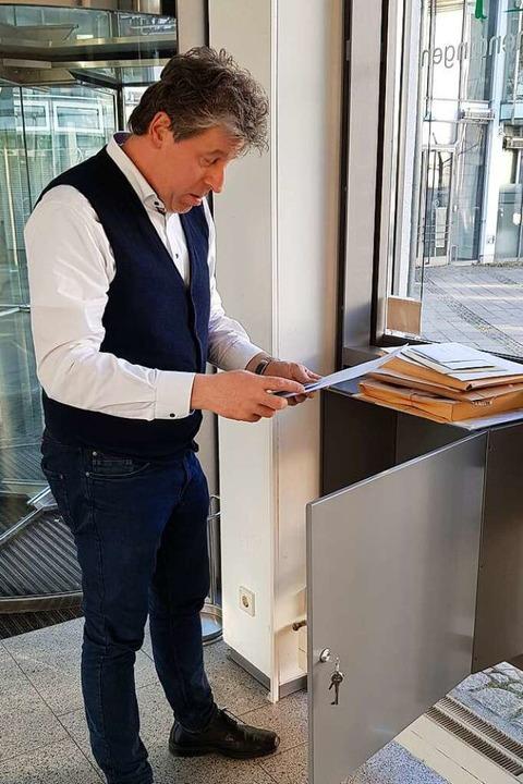 Fachbereichsleiter Uwe Ehrhardt prüft ...erbung für das OB-Amt war nicht dabei.  | Foto: Gerhard Walser