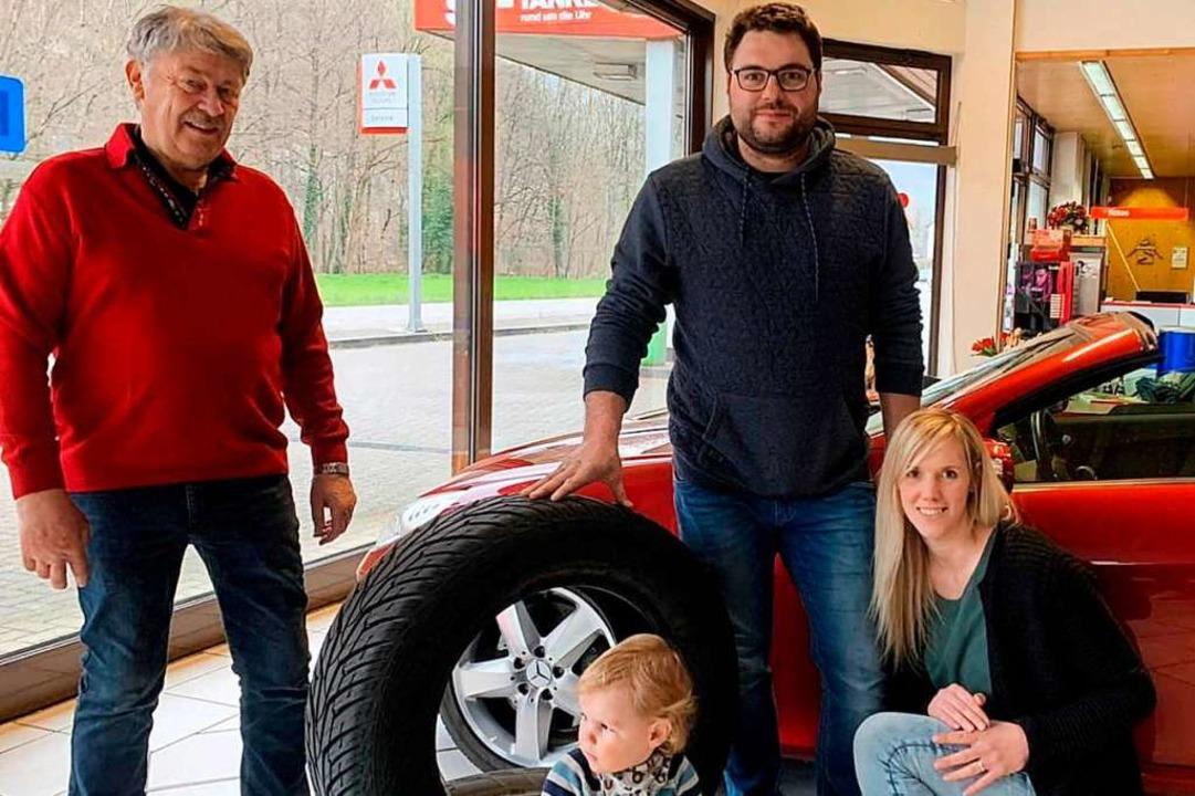 Michael und Tanja Fricker – hier... April, das Autohaus von Günter Karle.  | Foto: Privat