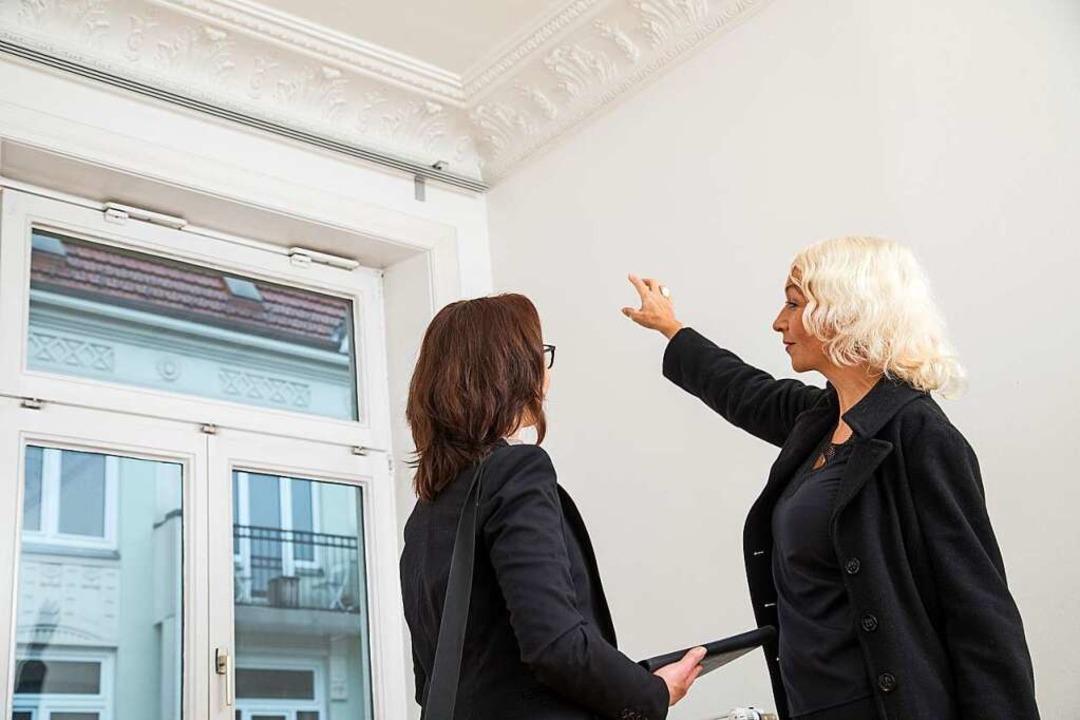 Zu nah: Auch bei Wohnungsbesichtigunge...stabstand gewahrt werden (Symbolbild).  | Foto: Christin Klose (dpa)