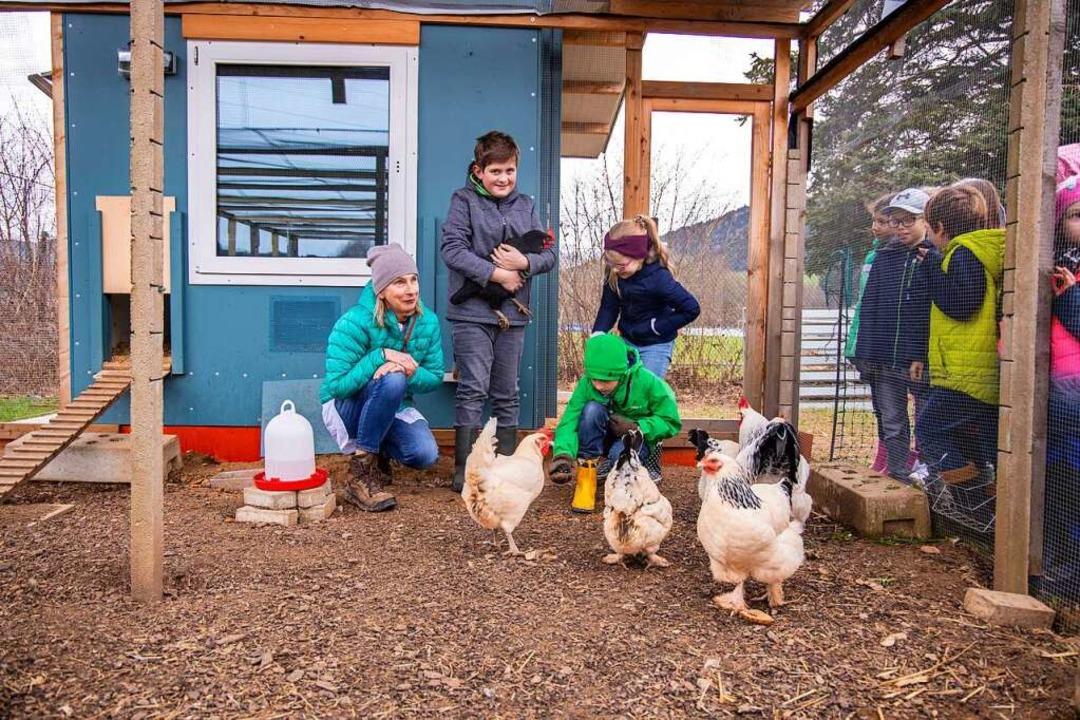 Schulleiterin Kerstin Framenau mit  Sc... Grundschule draußen bei den Hühnern.   | Foto: Joss Andres
