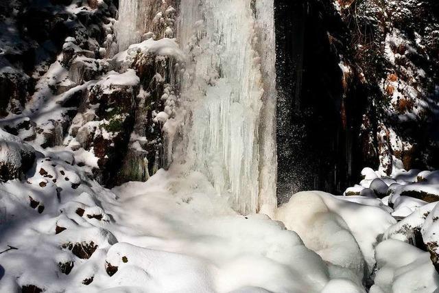 Der Menzenschwander Wasserfall ist in Eis erstarrt