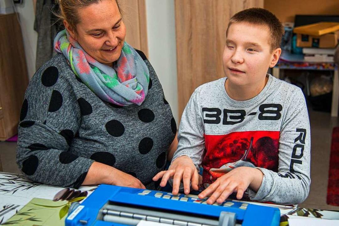 Fabian Kirn mit seiner Mutter Kerstin beim Lernen  | Foto: Olaf Michel