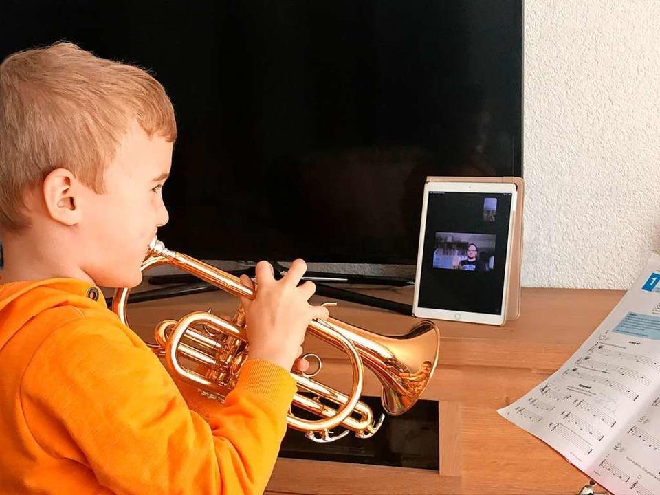 Der Musikunterricht kommt digital ins ...kingen, gibt auf dem iPad Anweisungen.  | Foto: Privat