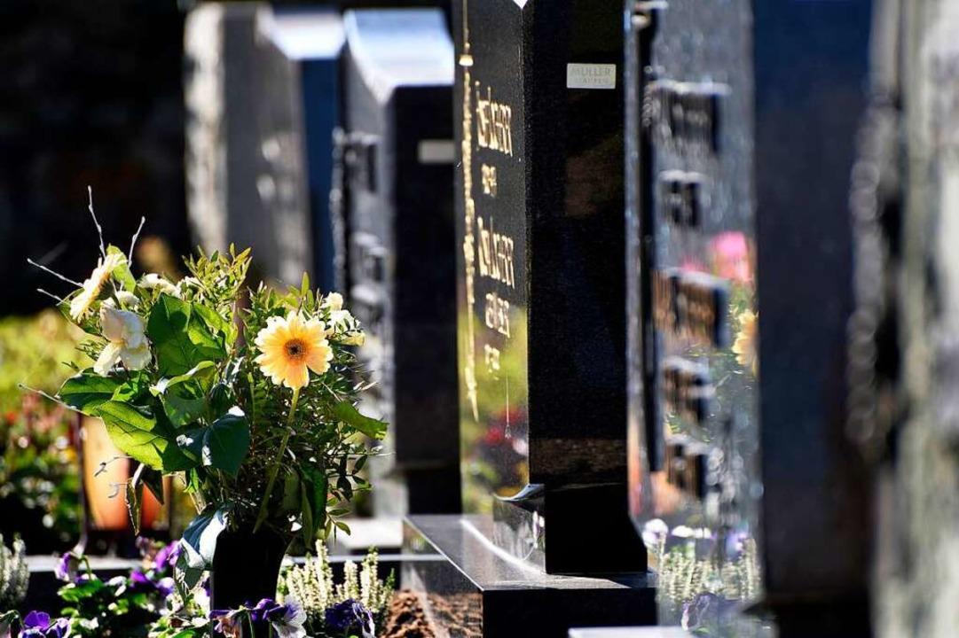Beerdigungen und Trauerfeiern müssen d...ersonen daran teilnehmen (Symbolbild).  | Foto: Siegfried Gollrad