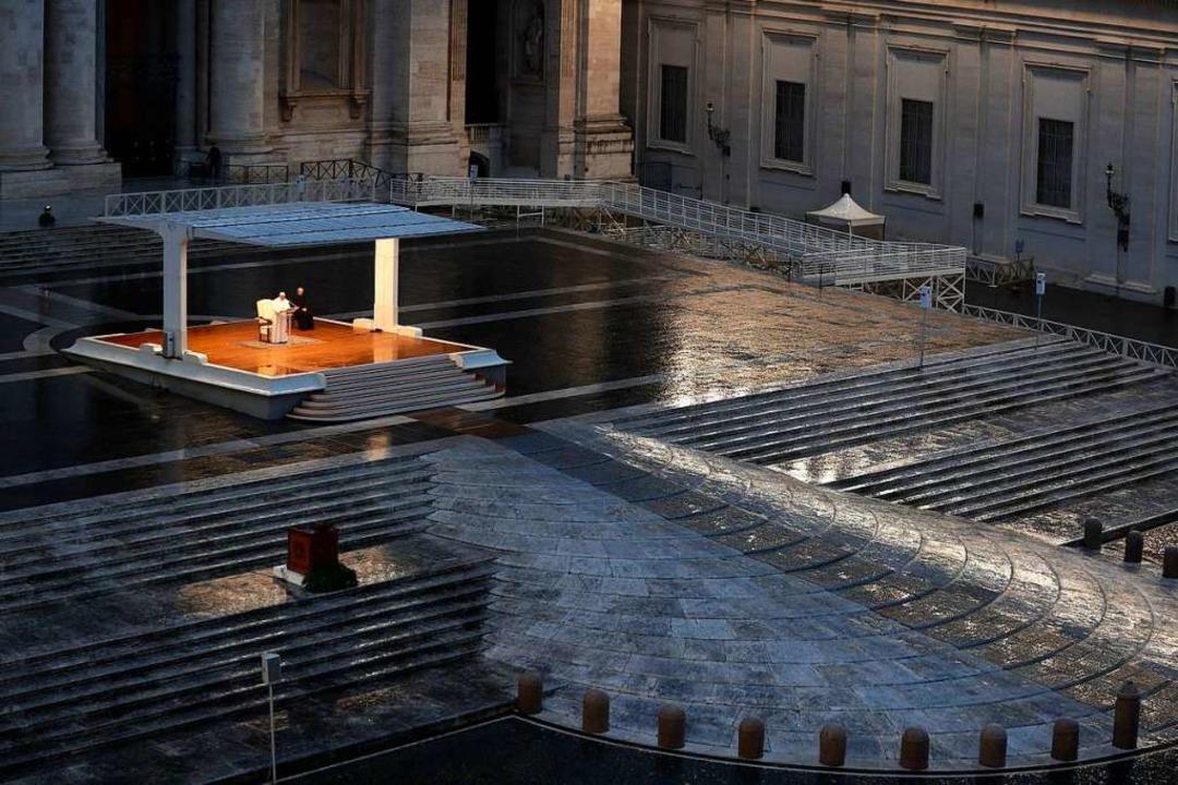 Papst Franziskus am vergangenen Freitag uf dem menschenleeren Petersplatz.  | Foto: Yara Nardi (dpa)