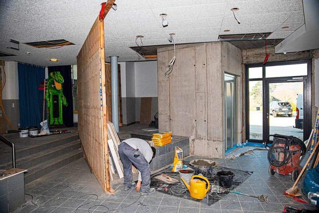 Der neue Eingangsbereich mit dem  Aufz...r und Schulkinder voneinander trennte.  | Foto: Hubert Gemmert