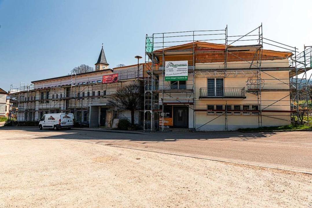 Die Schule mit dem Baugerüst  | Foto: Hubert Gemmert