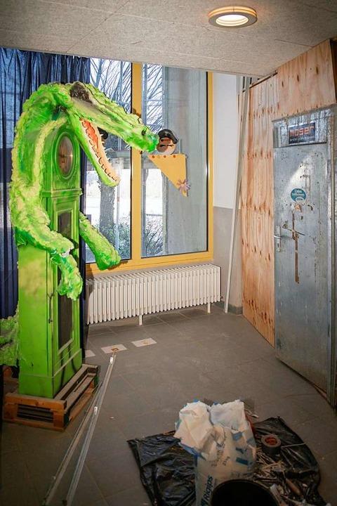 Das Krokodil über der Uhr staunt, was so um es herum passiert.  | Foto: Hubert Gemmert