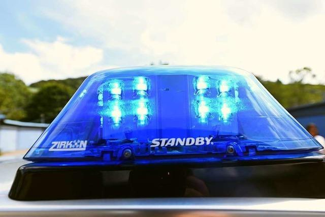 Mann spritzt Wasser auf Windschutzscheibe von fahrendem Auto und verursacht Unfall